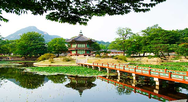 Seoul has many cultural and historical landmarks as the Emperor Palace, the main royal palace built in 1395 of the Joseon dynasty.